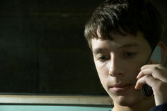 Teenager sul telefono immagine stock