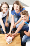 Teenager sulla lezione di anatomia Fotografie Stock Libere da Diritti