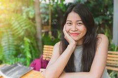 Teenager sveglio di bello sorriso tailandese asiatico immagini stock libere da diritti