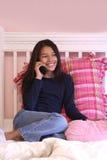 Teenager sveglio sul telefono Immagine Stock Libera da Diritti