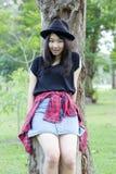 Teenager tailandese delle donne dell'Asia si rilassa sul parco Fotografie Stock Libere da Diritti