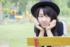 Teenager tailandese delle donne dell'Asia si rilassa sul parco Immagine Stock Libera da Diritti
