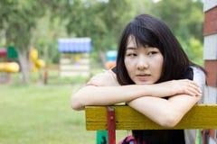 Teenager tailandese delle donne dell'Asia si rilassa sul parco Immagini Stock