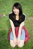 Teenager tailandese delle donne dell'Asia si rilassa sul parco Immagini Stock Libere da Diritti