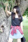 Teenager tailandese delle donne dell'Asia si rilassa sul parco Fotografie Stock