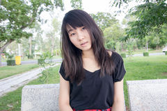 Teenager tailandese delle donne dell'Asia si rilassa sul parco Fotografia Stock