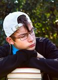 Teenager triste con libri Immagini Stock