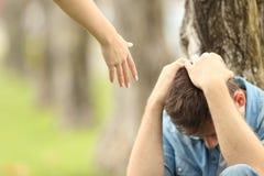 Teenager triste e un aiuto d'offerta della mano Immagini Stock Libere da Diritti