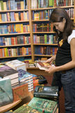 Teenager vuole comprare i libri Fotografia Stock