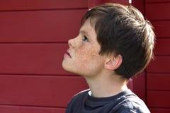 Teenagerboy con las pecas Imágenes de archivo libres de regalías