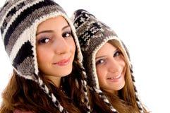 Teenagerfreunde, die Kamera lächeln und betrachten Stockfotografie