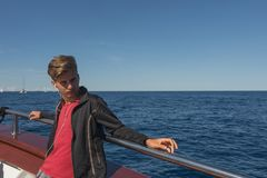 Teenagerjunge, der auf dem Kreuzschiff reist auf das adriatische Meer sich entspannt Lizenzfreie Stockfotografie