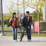 Teenagerpaar geht zusammen Stockbild