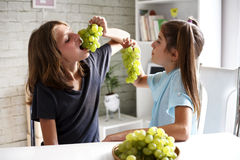 Teenagers eating grapes Royalty Free Stock Photos