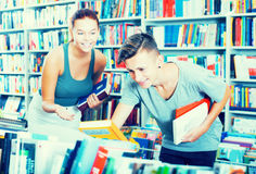 Teenagers looking for new books Royalty Free Stock Image