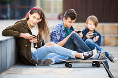 Teenagers with mobile phones Royalty Free Stock Photos