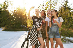 Teenagers psong for selfie