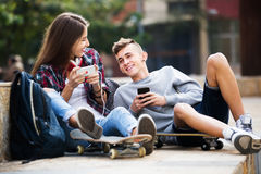 Teenagers with smarthphones Royalty Free Stock Images