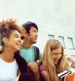 Teenages bonitos do grupo na construção da universidade Fotos de Stock Royalty Free