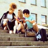 Teenages bonitos do grupo na construção da universidade Imagens de Stock Royalty Free