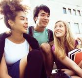 Teenages bonitos do grupo na construção da universidade Fotos de Stock