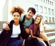 Teenages bonitos do grupo na construção da universidade Imagem de Stock Royalty Free