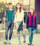 Teenages con los monopatines al aire libre Fotografía de archivo libre de regalías