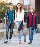 Teenages con los monopatines al aire libre Imágenes de archivo libres de regalías