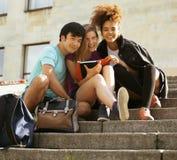 Teenages lindos del grupo en el edificio de la universidad Imágenes de archivo libres de regalías