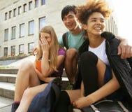 Teenages lindos del grupo en el edificio de la universidad Fotos de archivo libres de regalías