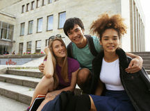 Teenages svegli del gruppo alla costruzione dell'università Immagini Stock Libere da Diritti