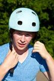 Teenboy con el casco del ciclo Imagenes de archivo