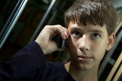 Teenboy en el teléfono Imagenes de archivo