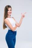 Teengaer femenino que señala el finger lejos Fotos de archivo libres de regalías