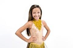 Teenger ono uśmiecha się w złotej sukni Obrazy Royalty Free