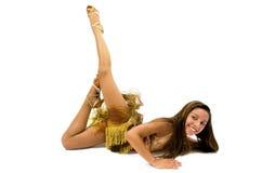 Teenger que sonríe en vestido de oro Foto de archivo libre de regalías