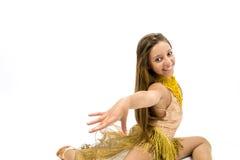 Teenger que sonríe en vestido de oro Imágenes de archivo libres de regalías