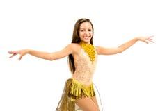 Teenger que sorri no vestido dourado Imagens de Stock Royalty Free