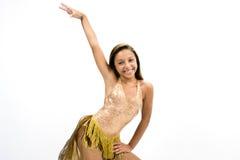 Teenger som ler i guld- klänning Arkivfoto