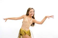 Teenger som ler i guld- klänning Arkivfoton