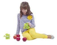 Teengirl bonito que se sienta con la regadera y las manzanas Imagen de archivo libre de regalías