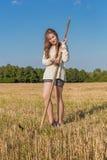 Teengirl con una guadaña en el campo del verano Imagen de archivo libre de regalías