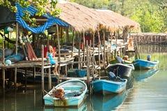 Teengirl dans un village de pêche Voyage Photo stock