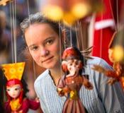 Teengirl in een herinneringswinkel in Nepal Reis Stock Afbeeldingen