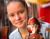 Teengirl en una tienda de souvenirs Imagen de archivo libre de regalías