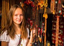 Teengirl im asiatischen Souvenirladen Reise Stockfotografie