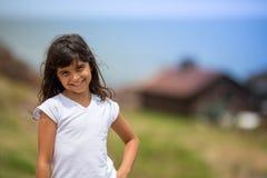 Teengirl joven en la playa con la choza borrosa Foto de archivo libre de regalías