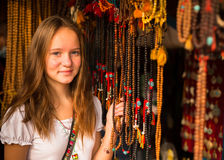 Teengirl nel negozio di regalo asiatico Corsa Fotografia Stock