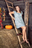 Teengirl på hayloften Royaltyfri Bild