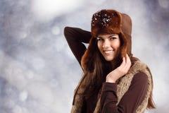 Teennager Mädchen, das auf Winterhintergrund lächelt Lizenzfreies Stockbild